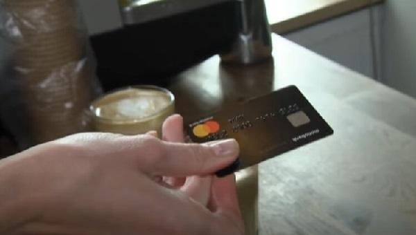 Названы долги, по которым с банковских карт украинцев будут автоматически списывать денежные средства